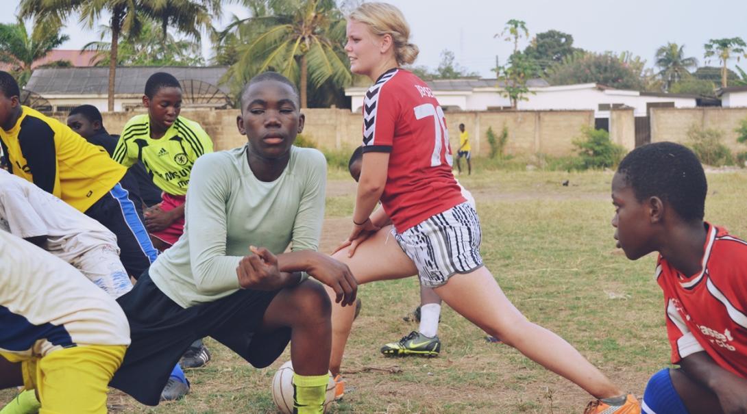 ガーナで練習前のウォームアップ指導を行うサッカーコーチボランティア